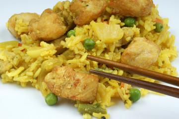 Curryhuhn und Curryreis mit Erbsen