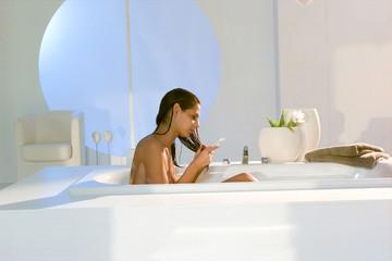 Frau sitzt in der Badewanne