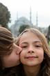 frère et soeur devant la Mosquée Bleue