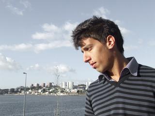 homem sobre rio douro