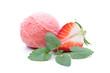 Eine Kugel Eis mit Erdbeere und Minze