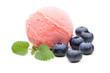 Rotes Fruchteis mit Blaubeeren und Minze