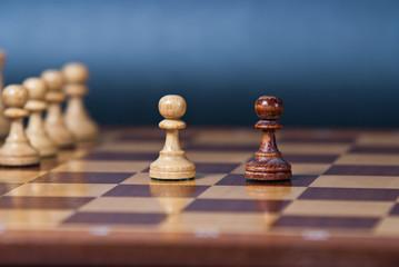 Szachy 2 pionki w centrum szachownicy
