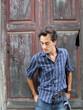 homem diante porta