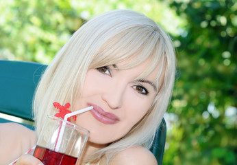 bevendo in giardino