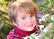 Kind liegt auf Blumenwiese
