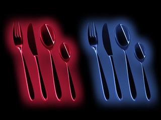 Besteck in Rot und Blau leuchtend