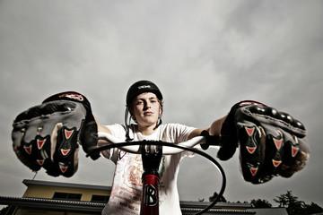 Portrait Teenager mit Bike