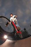Jugendlicher macht gefährlichen Stunt poster