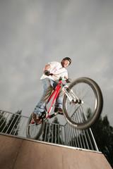 Jugendlicher macht gefährlichen Stunt