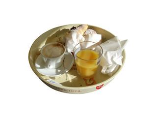 Cappuccino cornetto e aranciata in vassoio