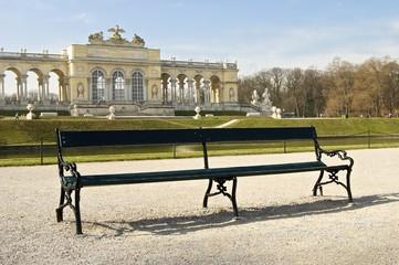 Parkbank v.d. Gloriette am Morgen in Schönbrunn zur Osterzeit