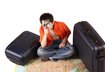 bambino con lente d'ingrandimento e mappa geografica