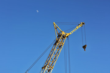 The yellow crane and moon horizontal