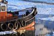 Hafenschlepper im Hamburger Hafen bei Eisgang