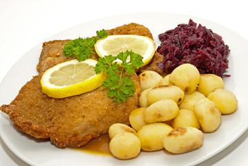 Schnitzel mit Kartoffeln und Rotkohl