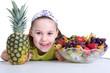 Mädchen nascht Obst