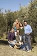 una bella famiglia alla raccolta