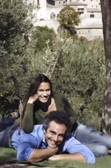 uomo e donna in campagna