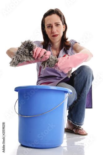 frustrierte hausfrau putzfrau mit wischmop und putzeimer. Black Bedroom Furniture Sets. Home Design Ideas
