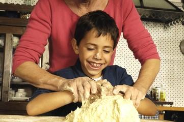 nonna e nipote che fanno i gnocchi