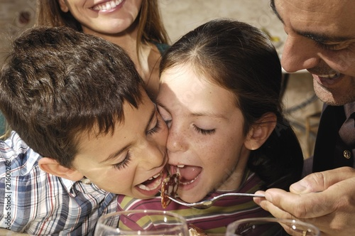 bambini che mangiano