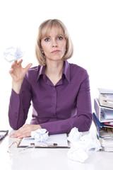 blonde frau wirft papierkugel am arbeitsplatz