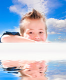 Kind lächelt zufrieden poster