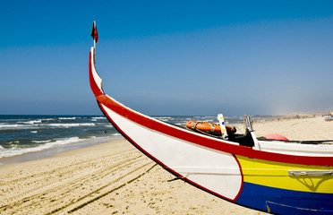 Barco de pesca na praia.