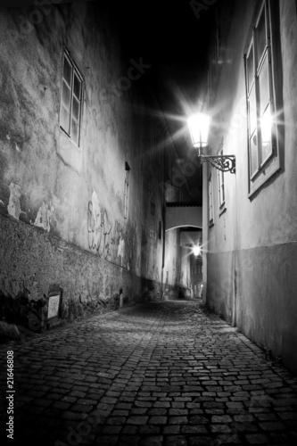 czarno-biala-uliczka-w-nocy
