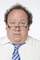 homme bureaucrate sérieux lunettes cravate