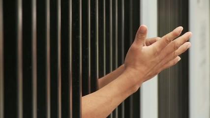 Mann im Gefängnis