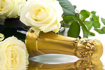 Sekt mit weißen Rosen