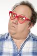homme homosexuel lunettes rouge