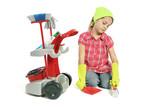 Enfant ramasse avec une pele et une balayette poster