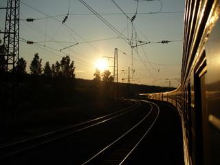 Transsibirische Eisenbahn bei Sonnenaufgang in der Taiga
