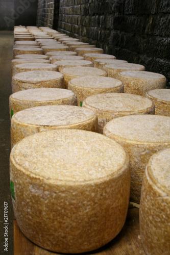 Cave d 39 affinage de fromage cantal photo libre de droits sur l - Cave affinage fromage electrique ...