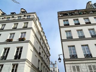 Rue de Paris avec immeubles blancs