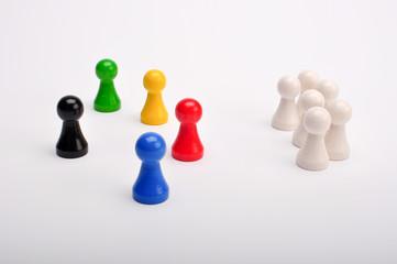 Farbige Figuren schützen schwarze Figur vor weissen Figuren