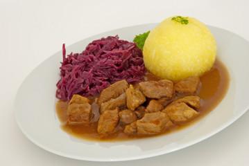 Gulasch mit Kloß und Rotkraut