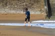 femme en train de marcher sur le sable