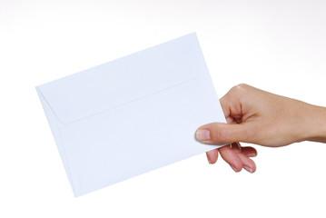 Sosteniendo un sobre .