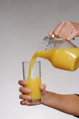 Sirviendo jugo de naranja.
