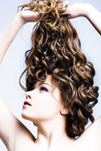 Красивая женщина с длинными вьющимися волосами.