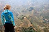 Junge Frau mit Ausblick auf Reisterassen in Vietnam