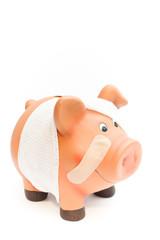 Sparschwein high key krank von vorne mit pflaster vertikal