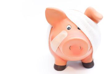 Sparschwein high key krank von vorne mit pflaster