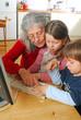 Oma und Enkel am PC