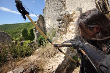 Bogenschütze Robin Hood zielt aus dem Hinterhalt