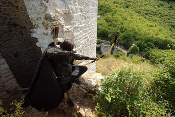 Bogenschütze Robin Hood zielt vom Burgturm